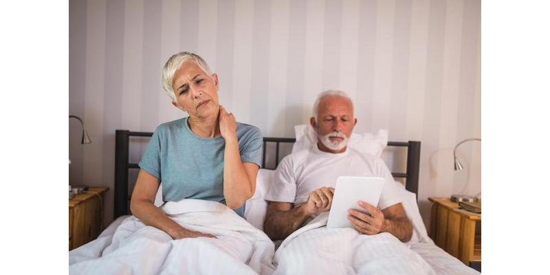 Senior-Woman-Experiencing-neck-pain-because-of-old-uncomfortable-mattress